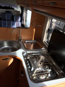 Innenansicht von der Tür aus mit Blick auf die Küche