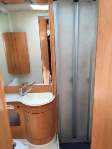 Das Bad - Links die Toilette und rechts die Duschkabine